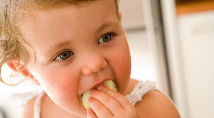 Bebé comiendo una manzana