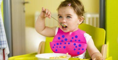 Bebé comiendo en trona